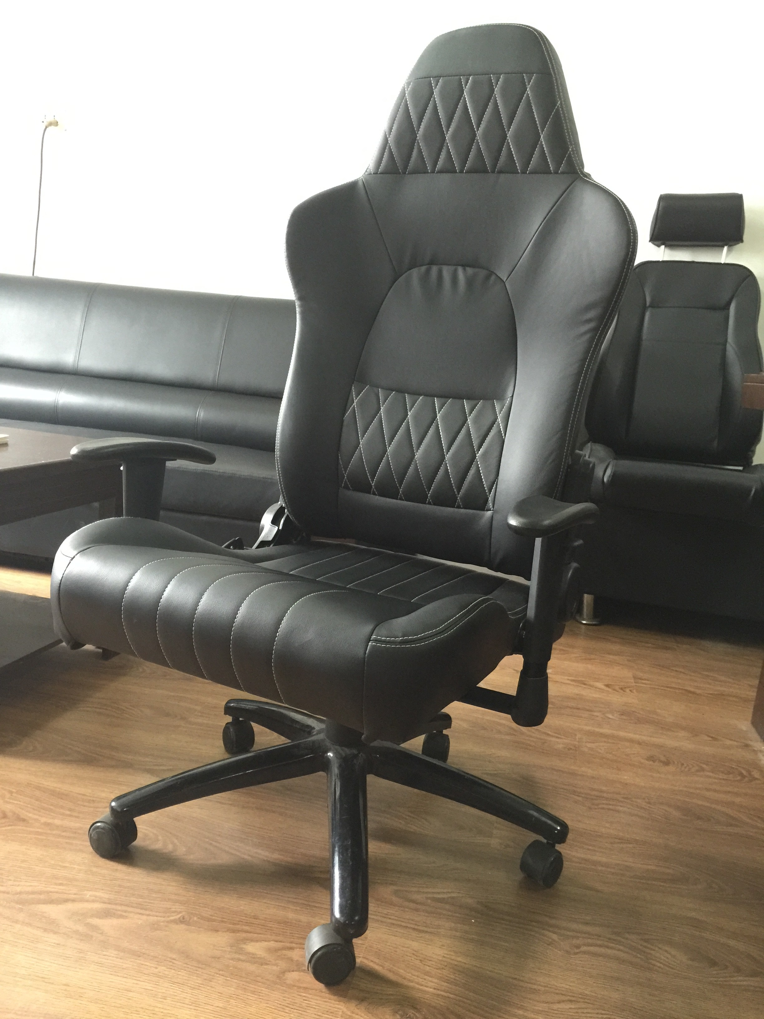 Modern Black Ergonomic Swivel Office Chair With Wheels / Adjustable Desk Chair